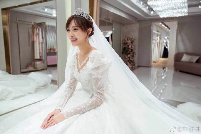 唐嫣试婚纱画面曝光 超长裙摆拖地优雅回眸