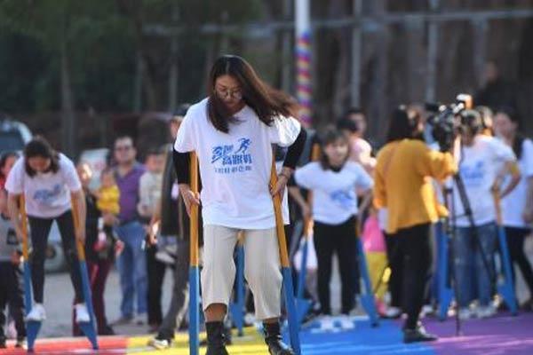 """重庆民众挑战踩高跷、穿""""板凳鞋""""趣味跑"""