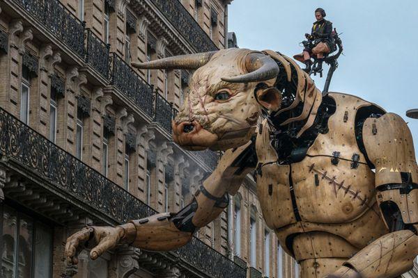 法国街头戏剧公司举办表演 巨型机械怪兽亮相引围观
