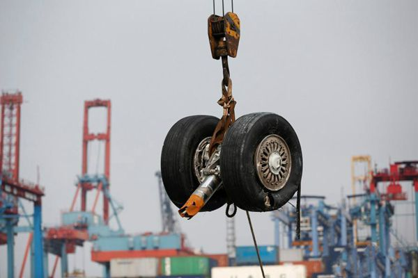 印尼狮航坠毁客机 搜救队打捞起失事客机多个部件