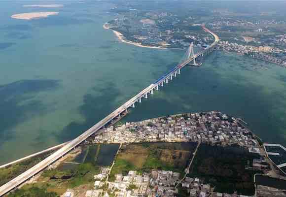 中国首座跨越地震活动断层桥梁主桥合龙