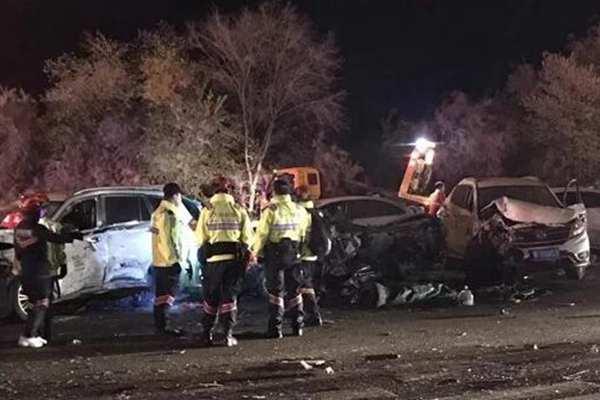兰海高速发生重大交通事故,已致15人遇难
