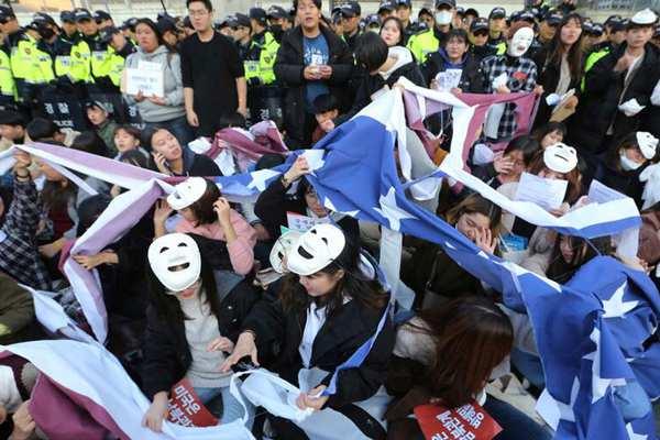 韩国民众举行反美游行 撕毁美国国旗