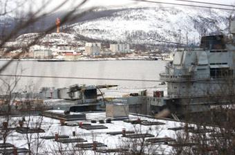 俄军唯一航母受损现场照曝光:吊车砸到甲板上