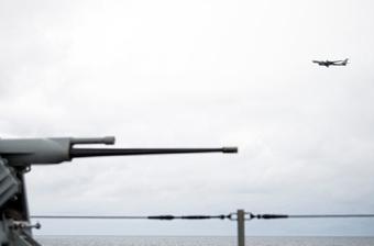 北约最大军演现场:俄侦察机低空飞越美军指挥舰