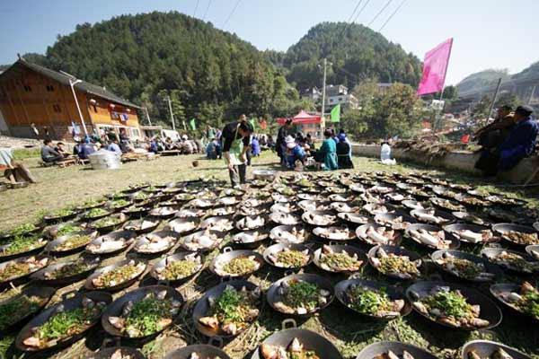 贵州丹寨苗寨摆百桌酸汤鱼宴庆丰收