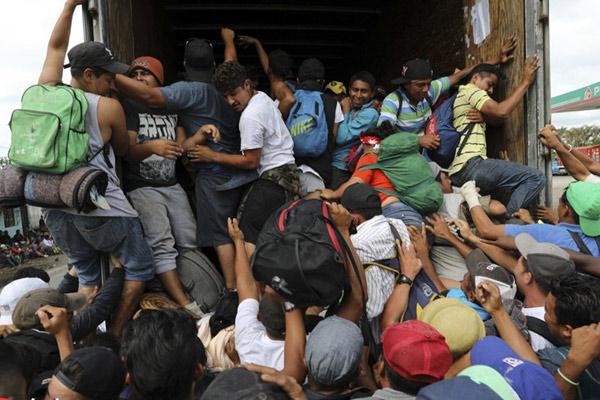 """中美洲移民在墨西哥""""搭便车""""赶赴美国 人数太多挤爆车子"""