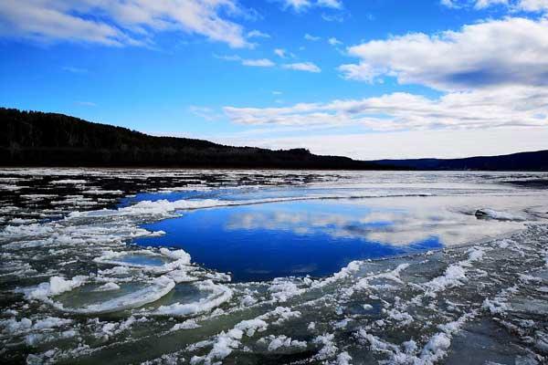 中俄界江黑龙江漠河段进入流冰期犹如万马奔腾