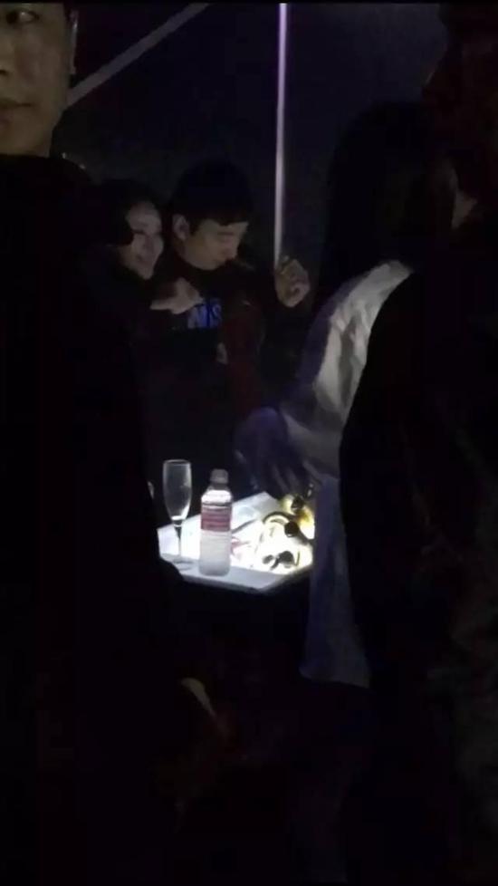 王思聪带美女到酒吧庆功