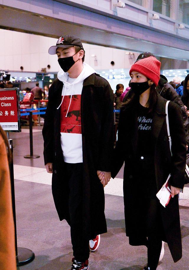 陈妍希夫妇现身机场,陈晓略显憔悴,走路都在睡觉