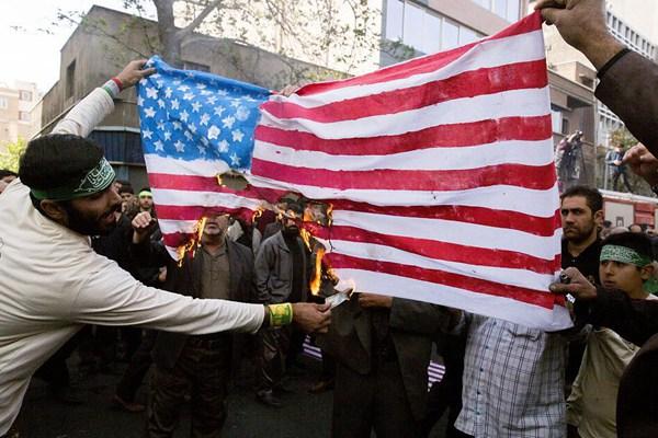 伊朗民众游行纪念占领美国大使馆39周年 烧国旗泄愤