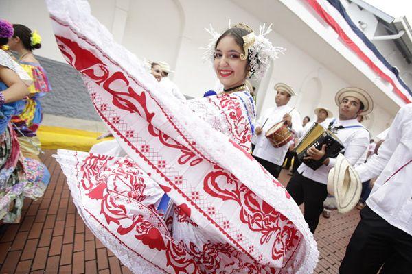 巴拿马民众盛装游行庆祝独立115周年 街头载歌载舞裙裾翩跹