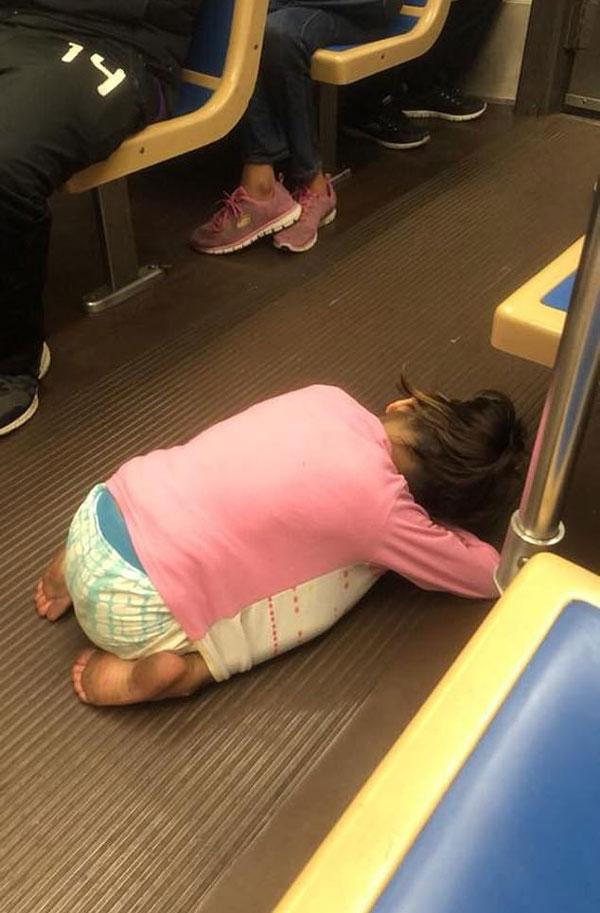 美移民家庭无家可归 小女孩赤脚跪趴火车地板睡着