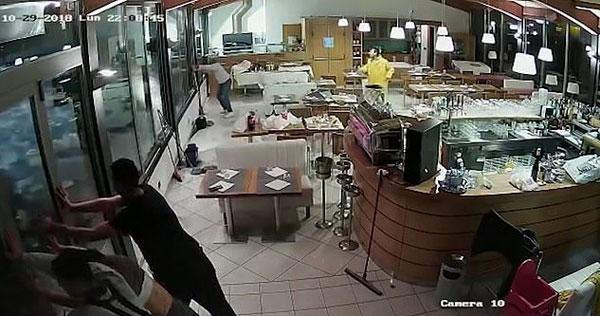 意大利北部洪水肆虐 餐厅员工顶玻璃门被冲走
