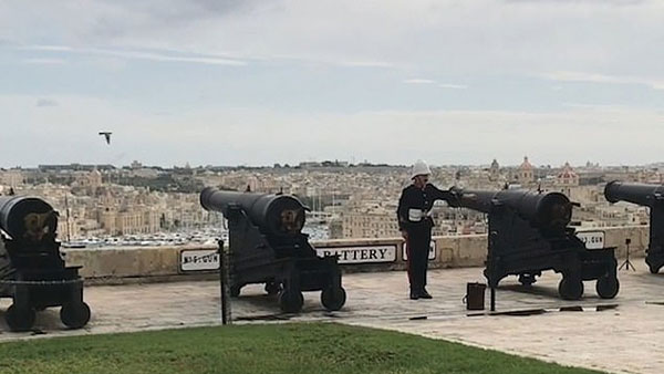 太巧了!马耳他一鸽子飞过礼炮时被炮弹击中