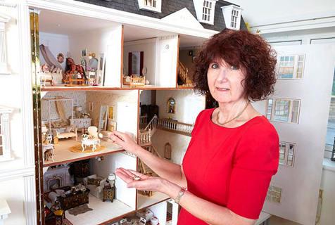 超精致!英64岁大妈花45万元装扮娃娃屋