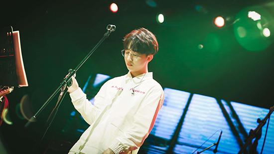 徐秉龙成都重庆开唱 白衣少年唱响山城