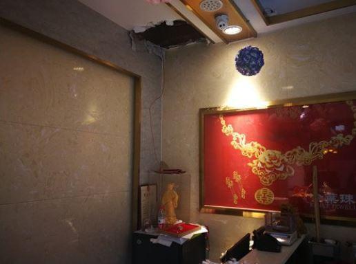 长沙一珠宝店失窃损失四百万:监控被破坏,天花板挖了大窟窿