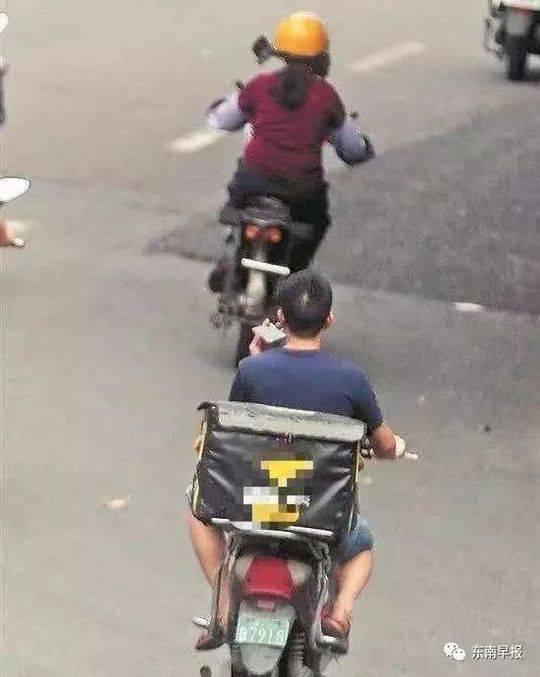 外卖骑手撞电线杆当场死亡 疑边骑电动车边看手机