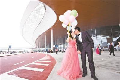 港珠澳大桥正式通车10天 建设者人工岛上定格爱情