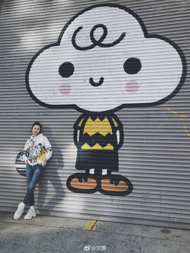 刘雯穿卡通卫衣与可爱涂鸦合影 长腿纤细抱肩有范