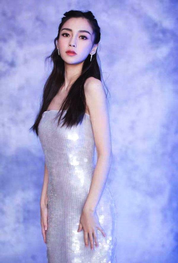 """杨颖新造型一身""""月光裙"""",美到发光,网友:像一条美人鱼!"""