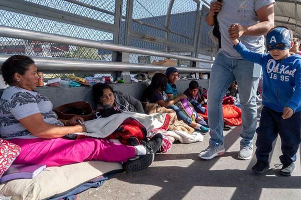 """中美洲移民""""占领""""美墨边境桥 露营等待向美申请庇护"""