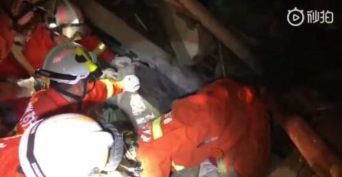 台州消防:小女孩全力配合救援 被消防员抱出才哭出声来