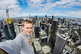 德小伙徒手攀爬237米摩天大楼 被三国禁止入境