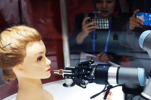 美妆机器人亮相首届进博会夺人眼球