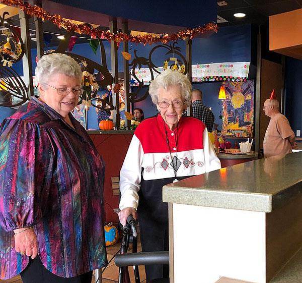 美106岁寿星在连锁餐厅庆生 店长专门布置装饰
