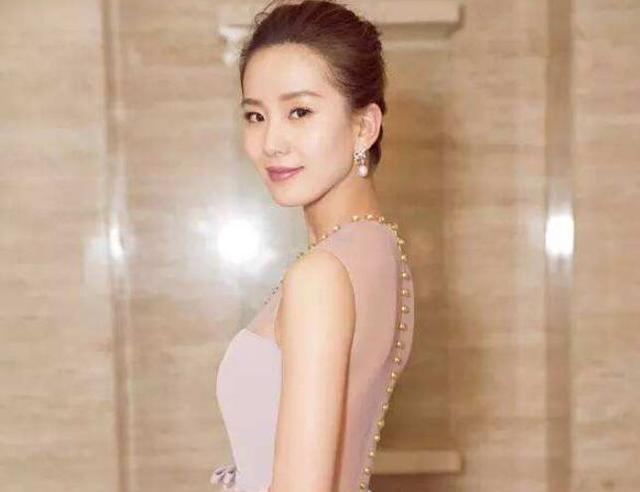 49岁许晴天鹅颈,30岁刘雯天鹅颈,她的天鹅颈却成永恒经典!