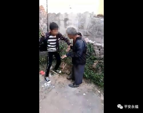广西桂林多名少年围殴智残老人:为寻刺激