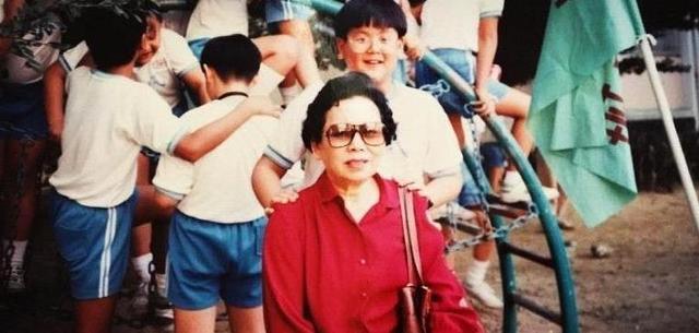 彭于晏晒儿时与外婆的合照,小时候的他是一个萌萌的小胖子