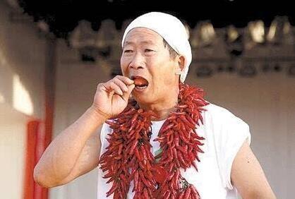 男子一天吃5斤辣椒 用辣椒水漱口