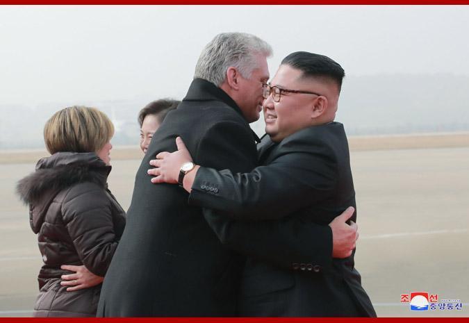 亲如兄弟!金正恩与古巴领导人同车巡视 牵手过头顶