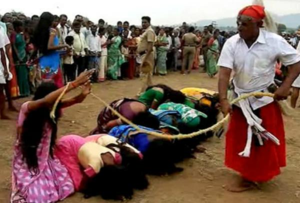 5000名印度妇女排队等鞭打 深信能被治愈疾病