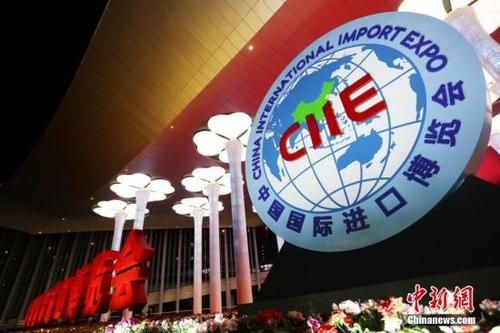 中国侨网资料图:主场馆国家会展中心(上海)点亮主题灯光。 张亨伟 摄