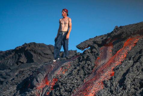 男子赤膊站立火山熔岩旁 危险气息近在咫尺