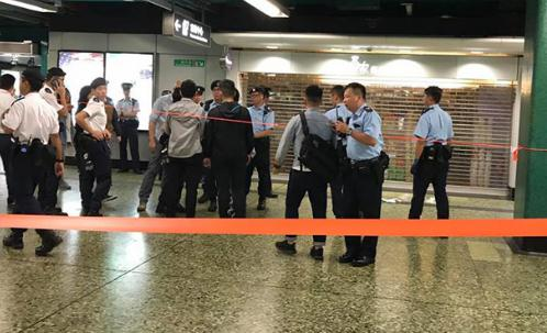 突发!香港地铁有男子持刀!警察开枪