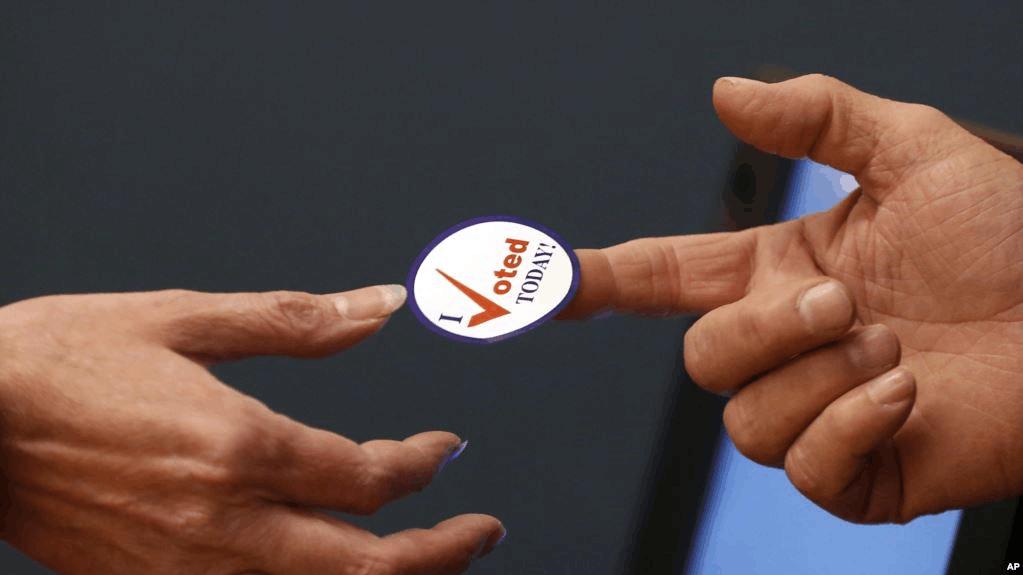 美国过半投票站已关闭,排长队忍阴雨的选民会投出什么结果?