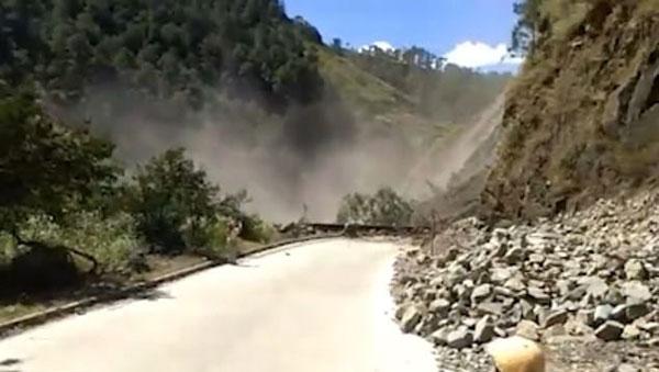 惊险!菲巴士山路上遇滑坡车顶被石块砸出凹痕
