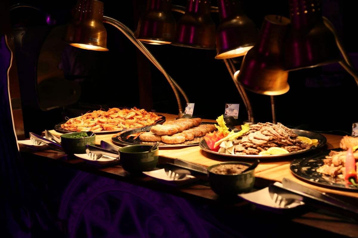 在龙门汤泉吃自助餐 因餐盘食物剩的多被服务员辱骂?