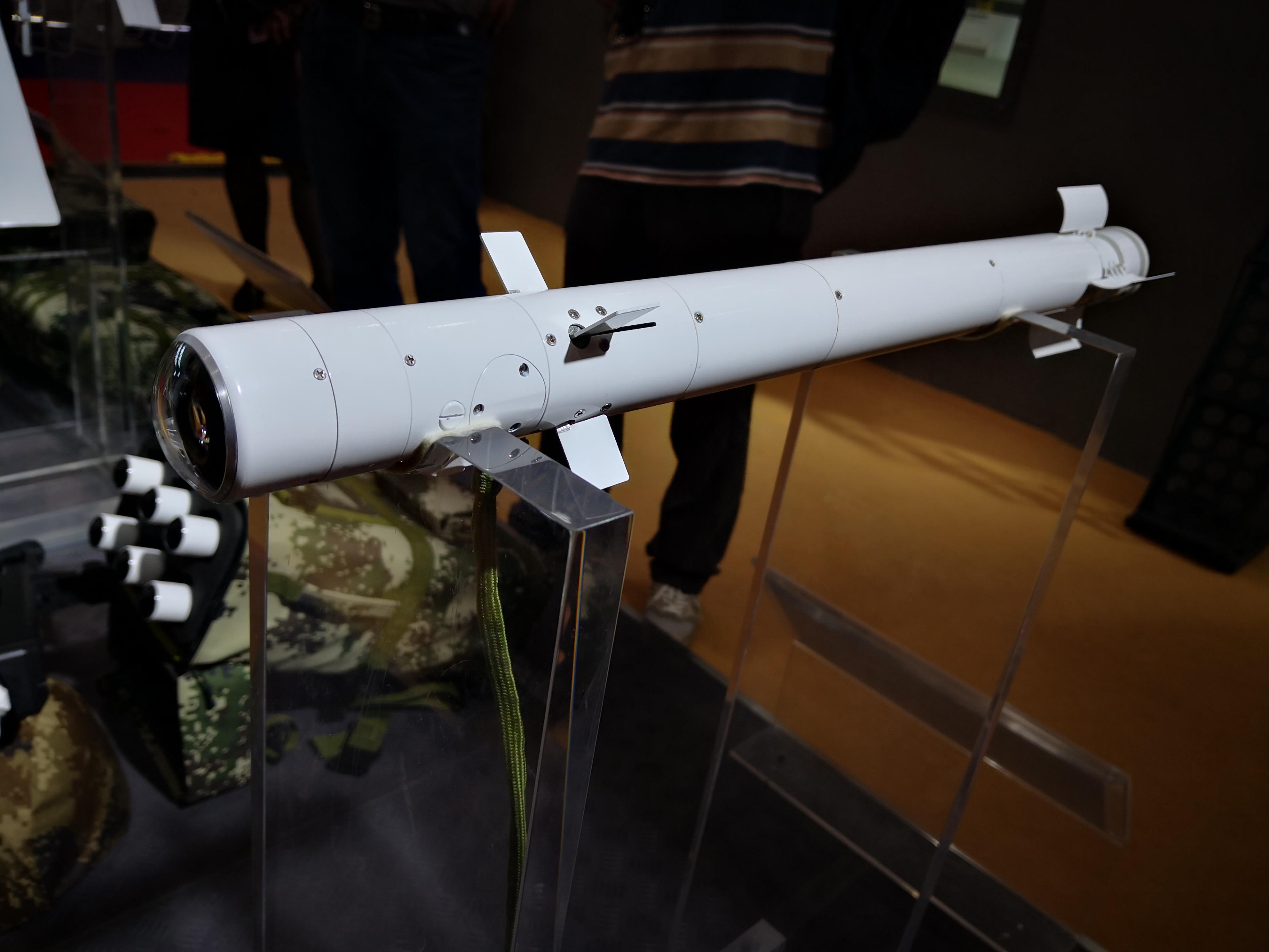 国产单兵微型导弹一键锁敌 人人能当战车杀手!