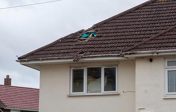 英国一公寓被一骤降足球大巨冰砸穿吓坏住客