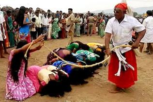 印5000名妇女排队挨鞭打 深信能赶走疾病罪恶