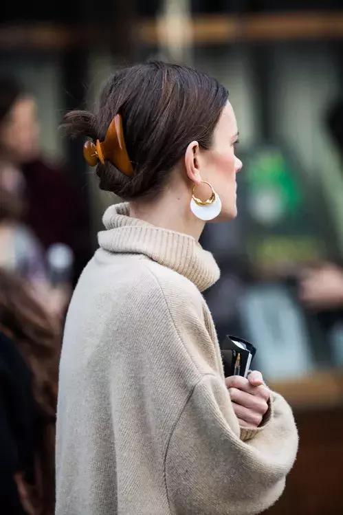 能穿一整个秋冬的针织衫,这么搭最时髦