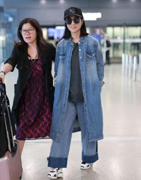 米雪现身机场,63岁的女人成功减龄,穿牛仔套装瞬间年轻20岁