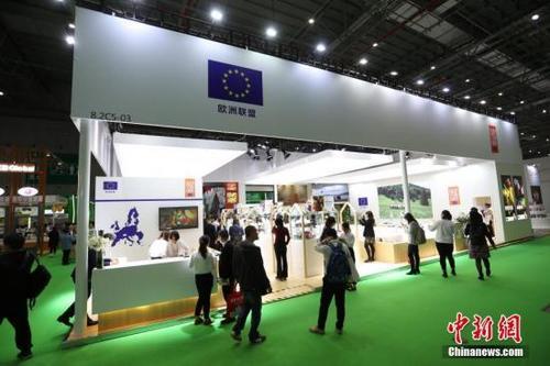 中国侨网11月6日,首届中国国际进口博览会欧盟展位在上海揭幕,展位上欧盟多国带来了厨艺表演、美食品尝等推介活动,吸引参观者驻足。中新社记者 张亨伟 摄