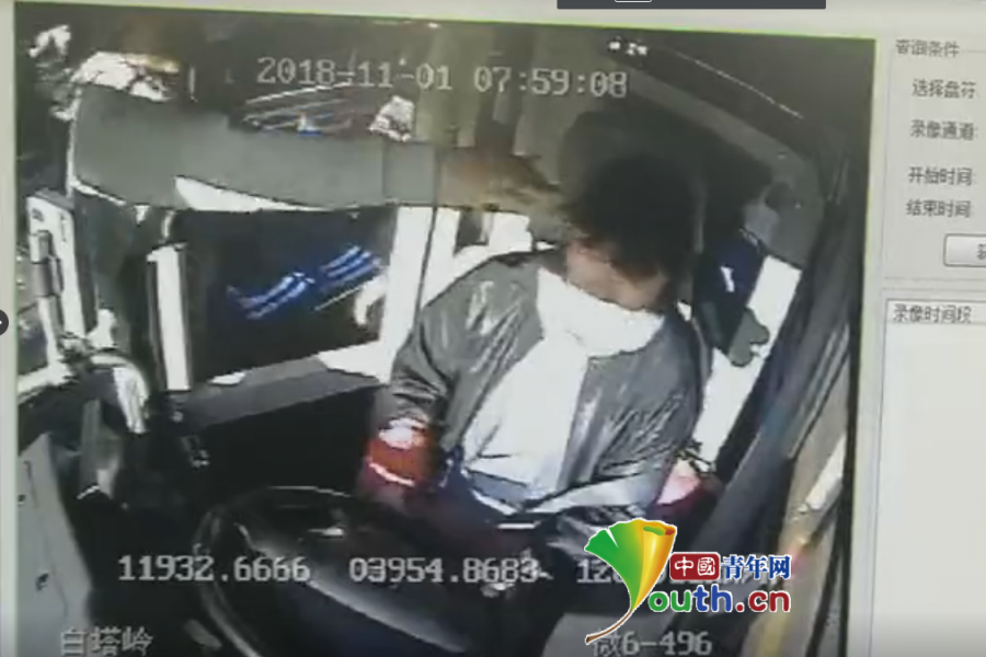 秦皇岛女公交司机遭中年男乘客谩骂击打 理智停车报警